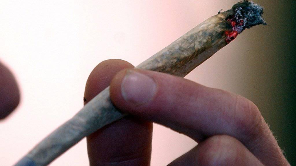 Der Bundesrat will Cannabis-Pilotversuche in Zukunft erlauben. In der Vernehmlassung kommen seine Pläne gut an. Eine breite Allianz aus Parteien und Suchtverbänden erhofft sich davon Erkenntnisse für den künftigen Umgang mit Cannabis. Dagegen ist die SVP. (Symbolbild)