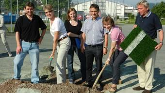 Der alte Sandbelag auf dem Sportplatz in Frick wird nun entfernt, Für 1,3 Millionen Franken wird ein Kunstrasen verlegt