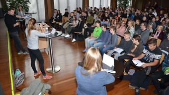 Die 8.-Klässler der Bezirksschule Wohlen verfolgen mit Interesse und auch belustigt die Polit-Diskussion zum Thema «Gleichberechtigung».Fotos: Christian Breitschmid