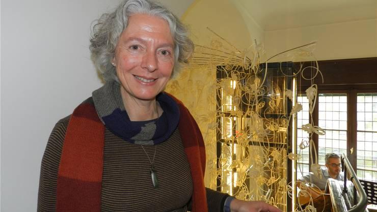 Monika Künti vor ihrer Installation im Strohmuseum. Jörg Baumann