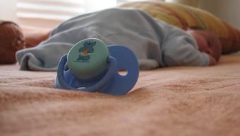 Experten warnen vor der Baby-Dauerüberwachung per Smartphone-App und Sensor. Ein Nutzen sei dafür nicht nachgewiesen, der Schaden aber sehr real: Die unvermeidbaren Fehlalarme verunsichern Eltern.