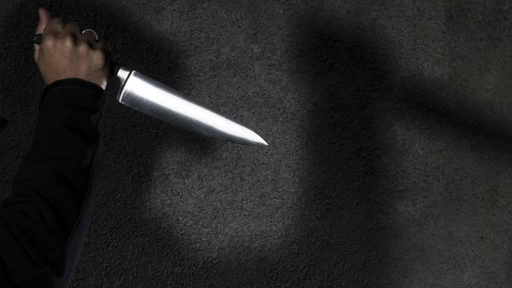 Mit einem fast dreissig Zentimeter langen Küchenmesser stach die Frau mindestens 23 Mal zu. (Themenbild)