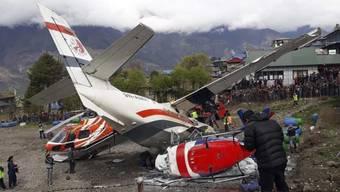 Gefährlichster Flughafen der Welt: In Lukla beim Mount Everest ist ein Kleinflugzeug von der Startbahn abgekommen und gegen zwei Helikopter geprallt. Drei Menschen kamen ums Leben.