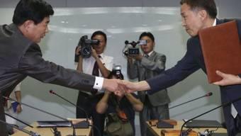 Die Unterhändler Kim Kiwoong (Südkorea, rechts) und Park Chol Su