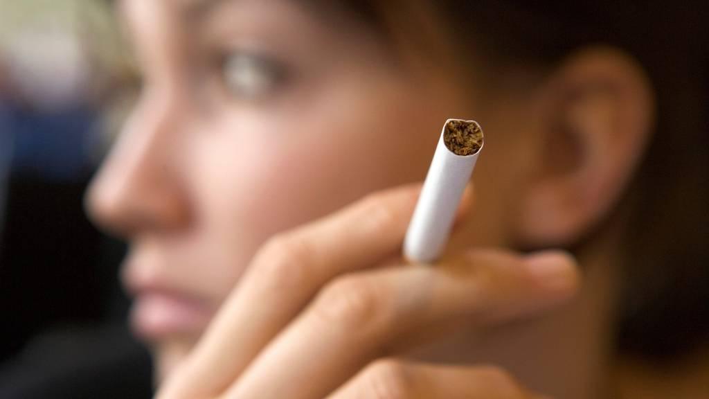 Minderjährige sollen in Zukunft keine Zigaretten mehr kaufen dürfen. Darin ist sich der Nationalrat einig. (Symbolbild)