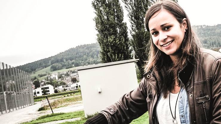 Marina Radulovic (auf der Sportanlage Zelgli in Schlieren) mit einer Abbildungihres Torjubels im Spiel gegen England.