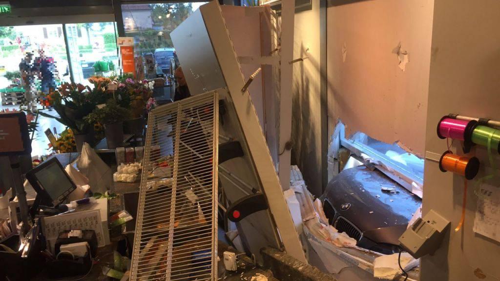 Beim Parkieren hat ein Renter in Muttenz die Fassade eines Grossverteilers durchbrochen. Dabei entstand grosser Sachschaden. Zudem erlitt ein Angestellter einen Schock.