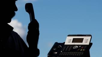 Betrüger missbrauchen die Rufnummer des Fedpol und versuchen Personen, mit falschen Informationen unter Druck zu setzen. (Symbolbild)
