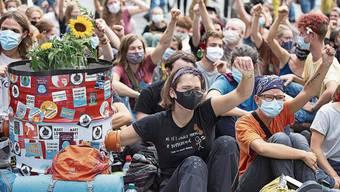 Klimaaktivisten bei ihrer Demo auf dem Bundesplatz.