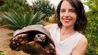 Mona Vetsch mit Schildkröte. SRF