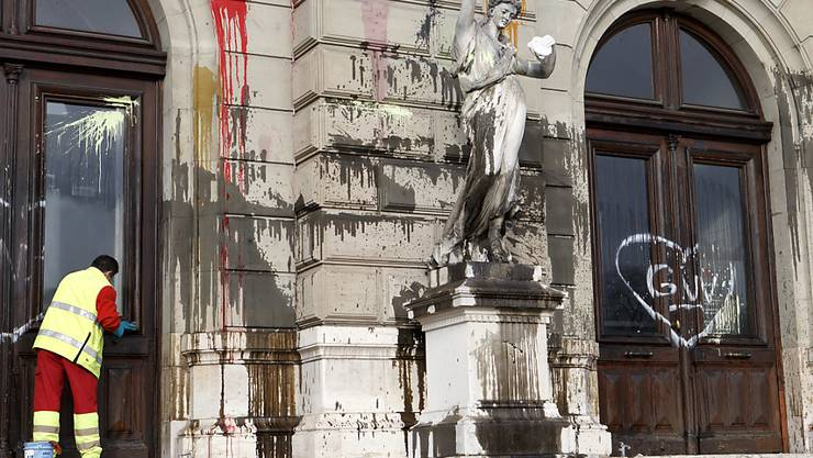 Die Randalierer bewarfen das Grand Théâtre mit Farbbeuteln.