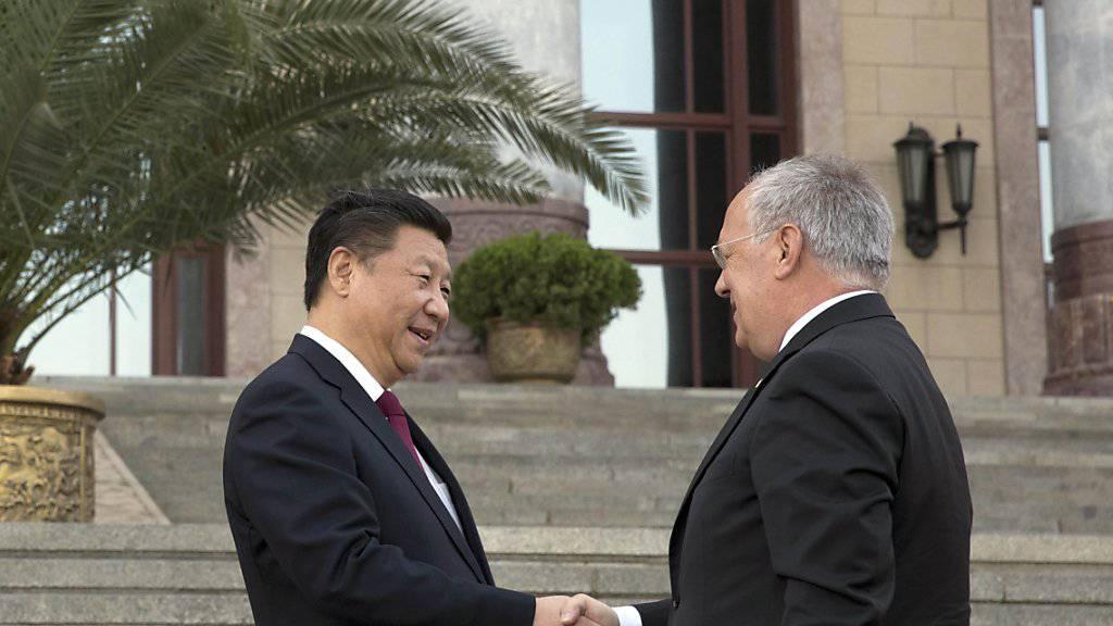 Chinas Präsident Xi Jinping empfing im April Bundespräsident Johann Schneider-Ammann - Anfang Jahr nun soll er in die Schweiz kommen. (Archiv)