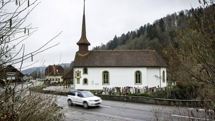 Auf dem Weg von Schlossrued nach Schmiedrued fährt man in Kirchrued an der reformierten Kirche vorbei.