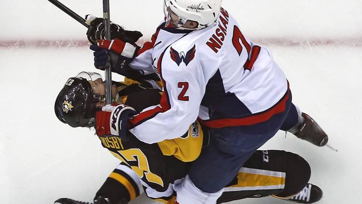 Nach diesem Stockfoul von Matt Niskanen (2) schied Pittsburghs Sidney Crosby schon nach sechs Minuten mit einer Hirnerschütterung verletzt aus.