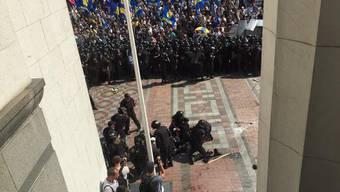 Verletzte Angehörige der ukrainische Nationalgarde vor dem Parlamentsgebäude.