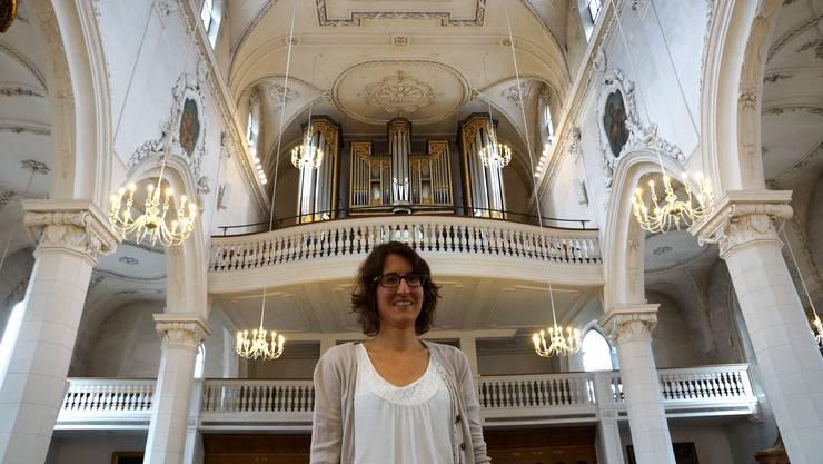 Konzertorganistin Andrea Kobi vor der prunkvollen Orgel der Stadtkirche.