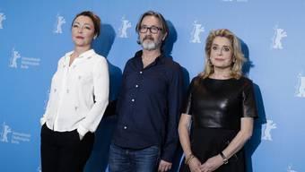 """Regisseur Martin Provost am Dienstag auf der Berlinale zwischen seinen beiden Hauptdarstellerinnen aus """"Sage Femme"""", Catherin Deneuve (r) und Catherine Frot (l)."""