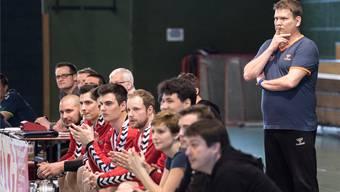 Gespannt erwarten die Akteure des TV Solothurn und Trainer Matthias Heger (rechts) den zweiten Vergleich mit Einsiedeln.