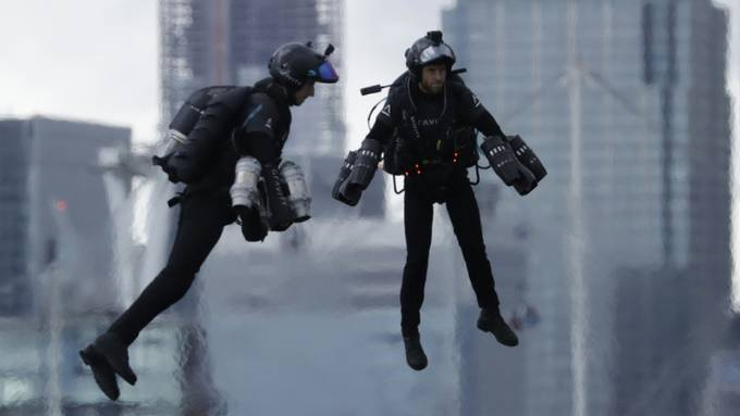 Richard Browning (r), der Gründer und Chef-Testpilot von Gravity Industries und ein weiterer Pilot testeten den von Browning erfundenen Jet-Suit 2019 auf der Tech Week in London. Nun wurde ein spezielles Modell für Sanitäter-Einsätze getestet. Es könnte Leben retten. (Archivbild)