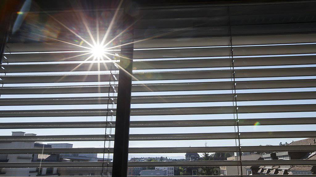 Storen schützen heute zahlreiche verglaste Büros vor der Sonne. Bei Hagel gehen die Sonnenschutzelemente aber schnell kaputt - deshalb sollen sie automatisch hochfahren, wenn es hagelt. (Archivbild)