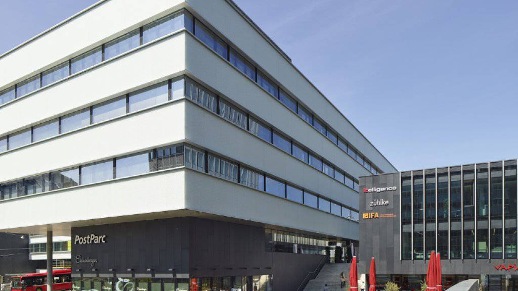 Die Meldung über einen schwer verletzten Mann im PostParc in Bern ging um 4 Uhr bei der Polizei ein. Er starb wenig später im Spital. (Symbolbild)