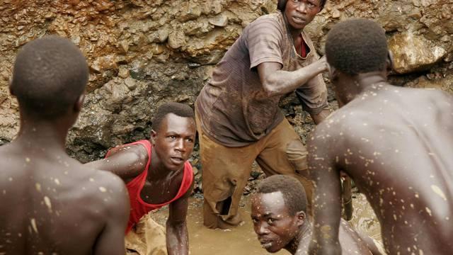 Junge Männer suchen nach Gold in einer Mine im Kongo (Archiv)