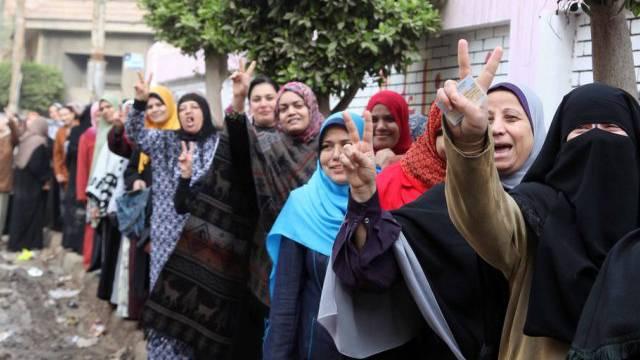 Ägyptische Frauen stehen am Dienstag Schlange vor einem Wahllokal