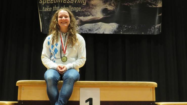 Die strahlende Siegerin Julia Hennig der DLRG Bayern