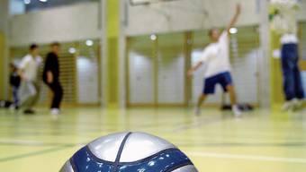 Jugendliche sollen in Dietikon künftig unkompliziert Turnhallen mieten können.