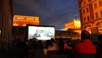 Die Premierengäste genossen die spezielle Atmosphäre auf dem Schalanderplatz. cim