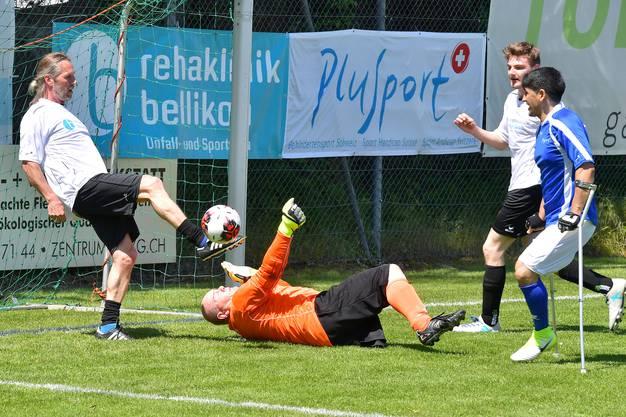 Voller Einsatz vor der Torlinie: Das Team der Rehaklinik Bellikon gewann das Spiel knapp mit 6:5.