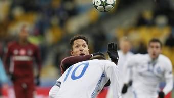 Kein Durchkommen: Besiktas-Akteur Adriano sieht den Ball im Duell mit Andrej Jarmolenko nur aus der Ferne