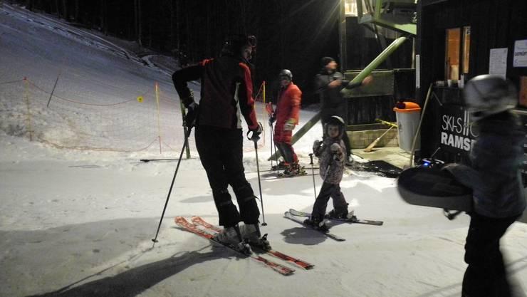 Skilift-Talstation Grenchenberg bei Nachtbetrieb.