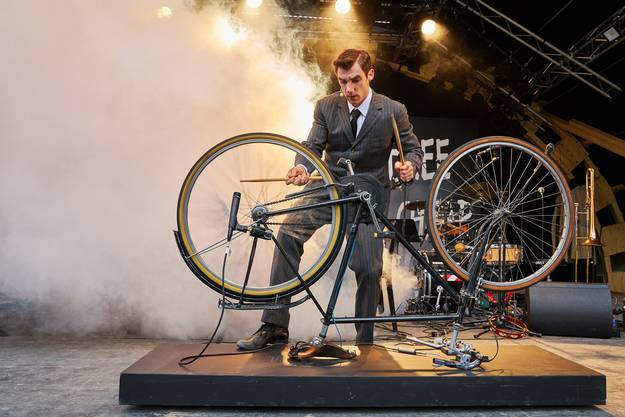 In «Zappa On The Hill» des Luzerner Theater spielte Aaron Hitz 2019 als Frank Zappa Fahrrad.