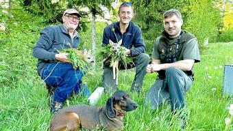 Jäger mit zwei der geretteten Rehkitze. (Jagd und Fischereiverwaltung von Appenzell Innerhoden)