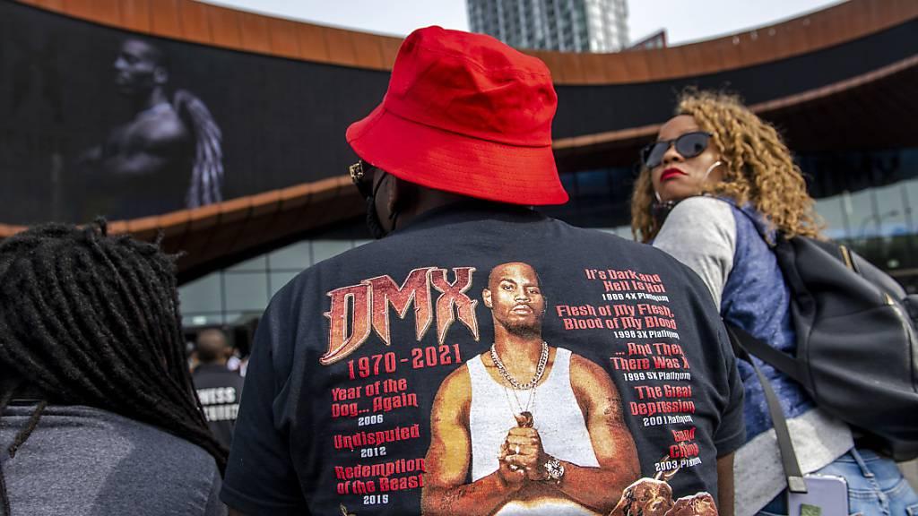 Menschen versammeln sich zu einer Gedenkveranstaltung mit dem Titel «Celebration of Life Memorial» für den Rapper DMX im Barclays Center. Foto: Brittainy Newman/AP/dpa