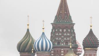 Der Kreml trennt sich von unliebsamen Geheimnisträgern gerne mit Gift, wie er schon mehrmals bewiesen hat. Darum verdächtigt die britische Politik auch diesmal die russische Regierung hinter dem mysteriösen Tod des früheren russischen Doppelagenten (Symbolbild mit Basilius-Kathedrale in Moskau).