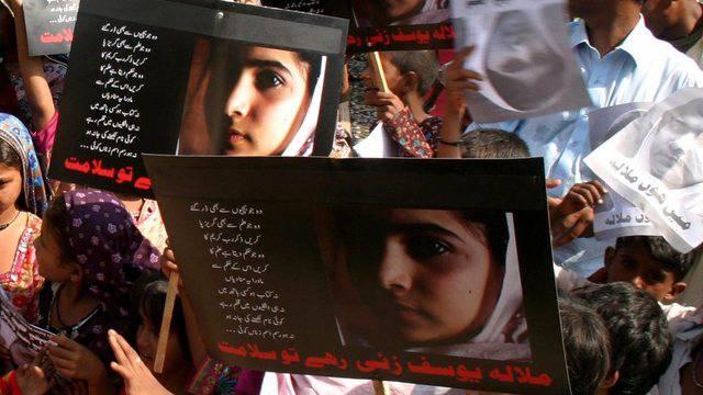 Kinder demonstrieren am Malala-Tag in Karachi für Bildung