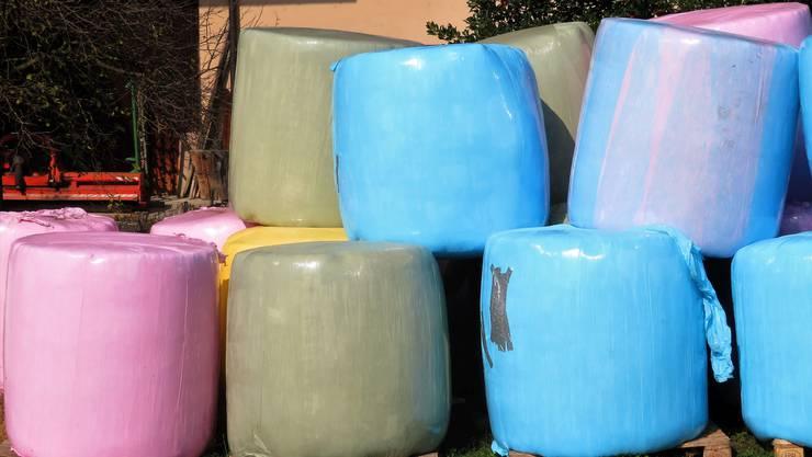 Inzwischen gibt es sie in allen Farben: Und recyclet werden die Heuballen gar zu Plastikrohren.