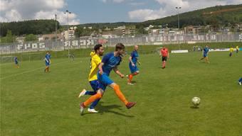 Der FC Oetwil-Geroldswil II (in Blau) hatte im Spiel der letzten Chance gegen Albisrieden nur selten hoffnungsvolle Momente.
