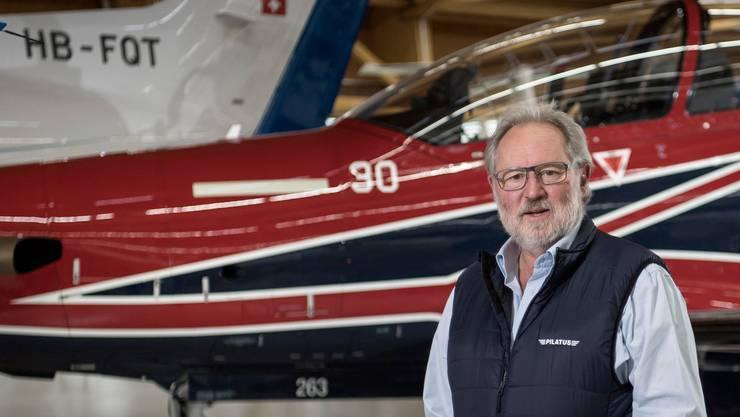 Oscar J. Schwenk, Präsident der Pilatus Flugzeugwerke, vor einer PC-21 für die australische Luftwaffe.
