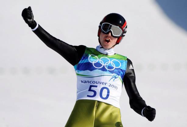 Simon Ammann feiert in Vancouver den Gewinn seiner vierten Goldmedaille