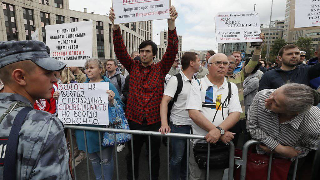 Hunderte Menschen haben am Sonntag in Moskau gegen Polizeiwillkür und für freie Medien protestiert. EPA/YURI KOCHETKOV