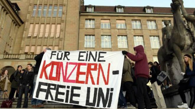 Studenten demonstrierten am Dienstag vor dem Hauptgebäude der Uni gegen das Sponsoring der UBS. Foto: Keystone