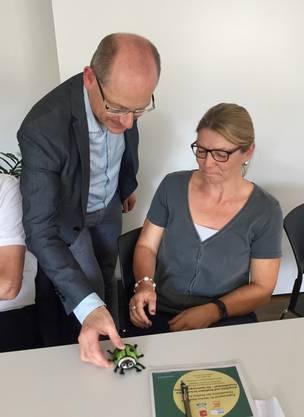 Monika Schenker erhält von Marcel Notter das süsse Maskottchen