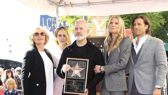 """Grosser Ehre für Ryan Murphy (Mitte): Der Serien-Schöpfer ist in Anwesenheit von Jessica Lange, Sarah Paulson, Gwyneth Paltrow und deren Ehemann Brad Falchuk (v.l.n.r.) mit einem Stern auf dem """"Walk of Fame"""" ausgezeichnet worden."""