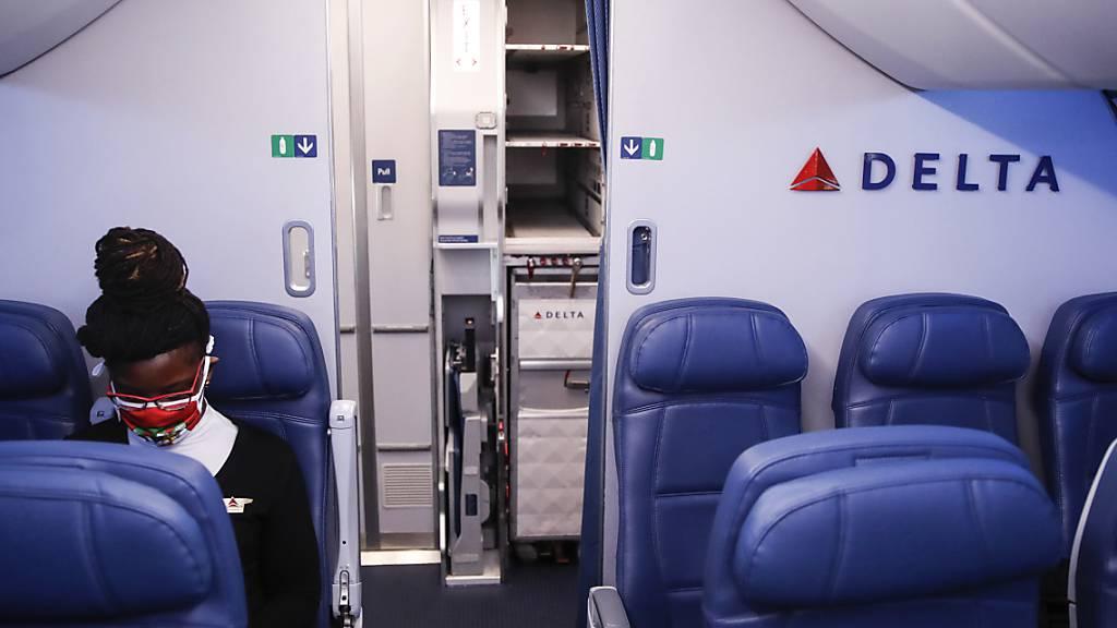 Als erste der grossen US-Fluggesellschaften hat Delta Air Lines infolge der Corona-Krise tiefrote Zahlen vorgelegt. (Archivbild)