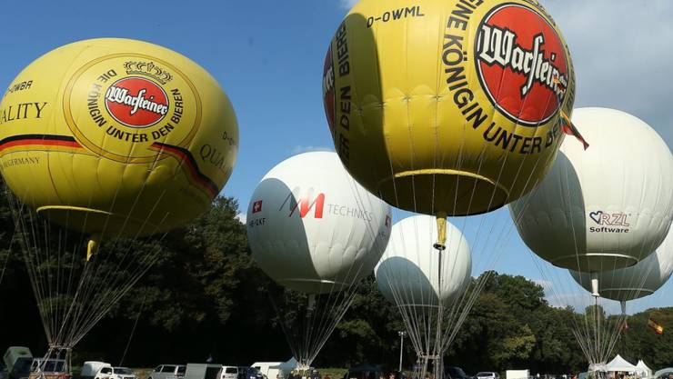 Vor dem Start im deutschen Gladbeck. Nur das Ballonfahrer-Team aus der Schweiz schaffte es bis nach Griechenland und gewann den Wettbewerb. (Bild EPA DPA)