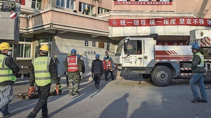 Arbeiter bauen am Stadtrand von Peking das Quarantänespital Xiaotangshan auf.