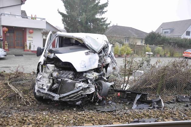 Der Lieferwagen wurde durch die Wucht des Aufpralls rund 15 Meter weggeschleudert und total beschädigt.